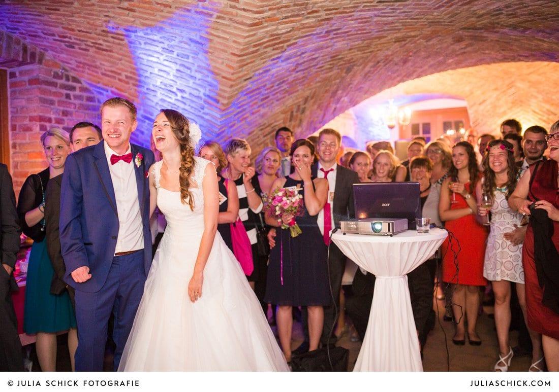 Brautpaar bei Hochzeitsparty im Kreuzgewölbe der Schlossruine Hertefeld in Weeze