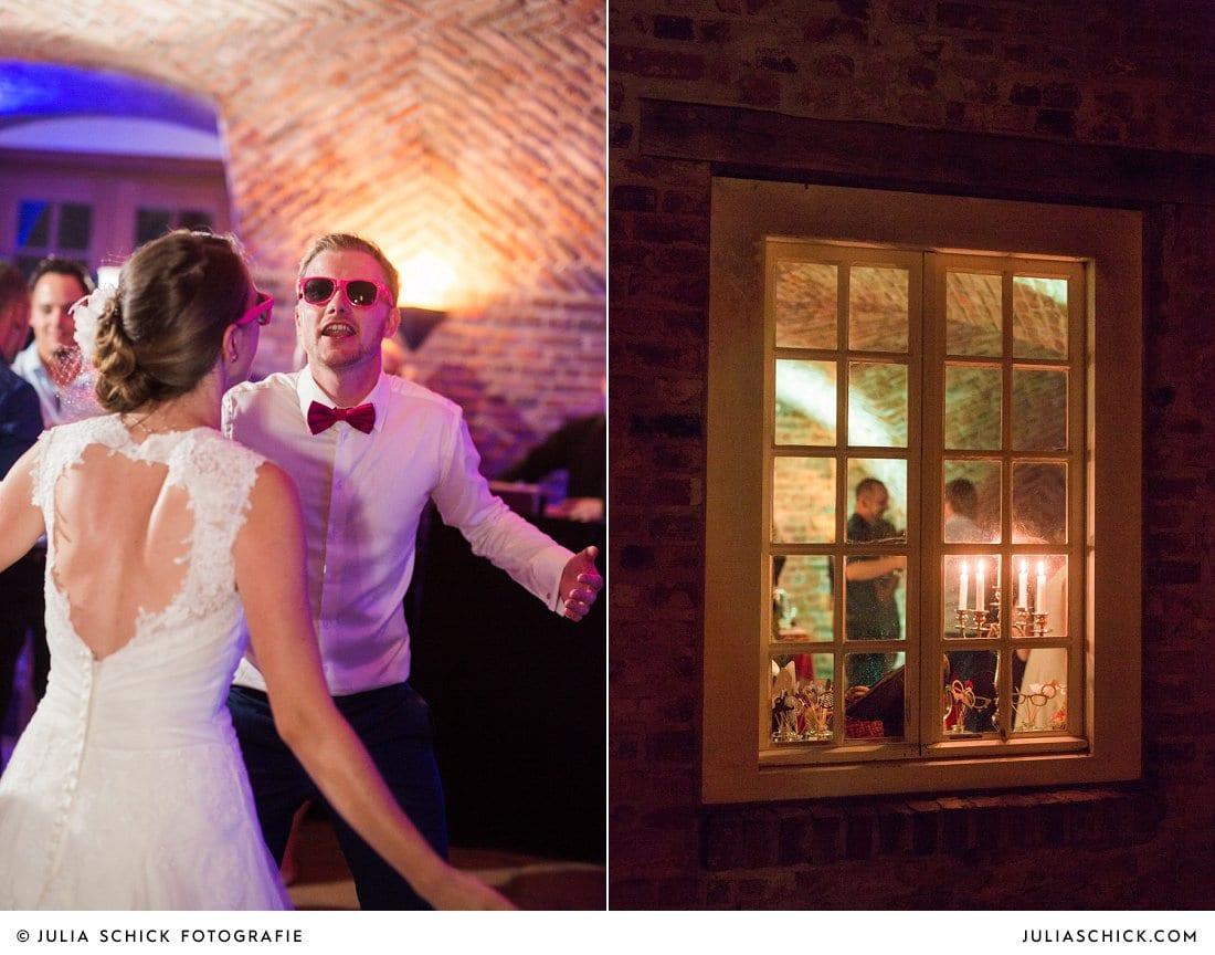 Ausgelassen tanzendes Brautpaar bei Hochzeitsfeier im Kreuzgewölbe der Schlossruine Hertefeld in Weeze