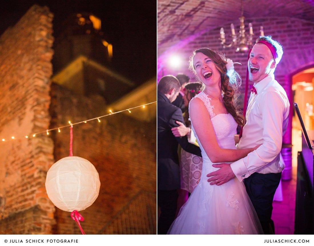 Tanzendes Brautpaar bei Hochzeitsfeier im Kreuzgewölbe der Schlossruine Hertefeld in Weeze