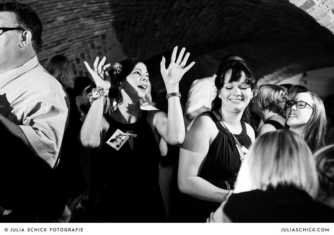 Tanzende Gäste bei Hochzeitsfeier im Kreuzgewölbe der Schlossruine Hertefeld in Weeze