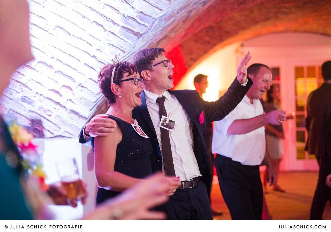 Feiernde Gäste bei Hochzeitsfeier im Kreuzgewölbe der Schlossruine Hertefeld in Weeze