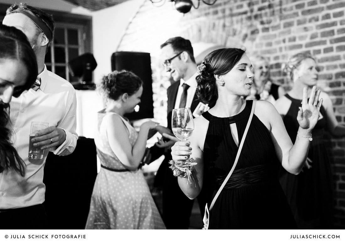 Tanzender Gast auf Hochzeitsfeier im Kreuzgewölbe der Schlossruine Hertefeld in Weeze