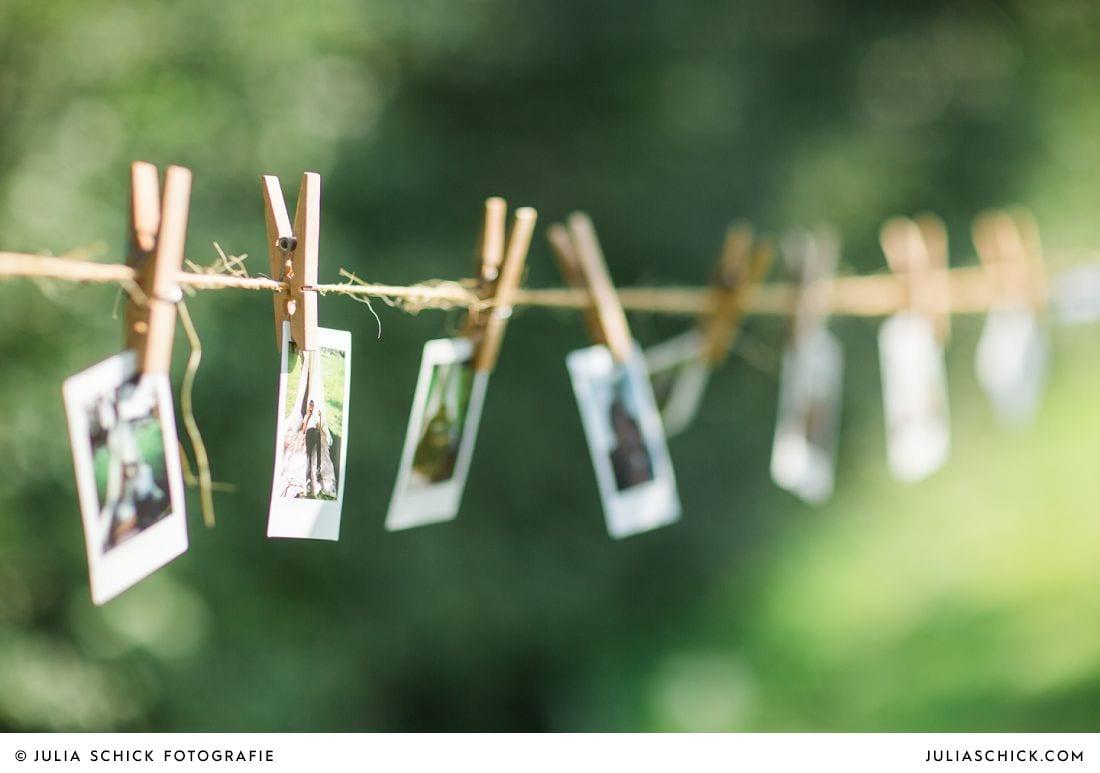 Polaroids auf Wäscheleine bei Boho-Hochzeit