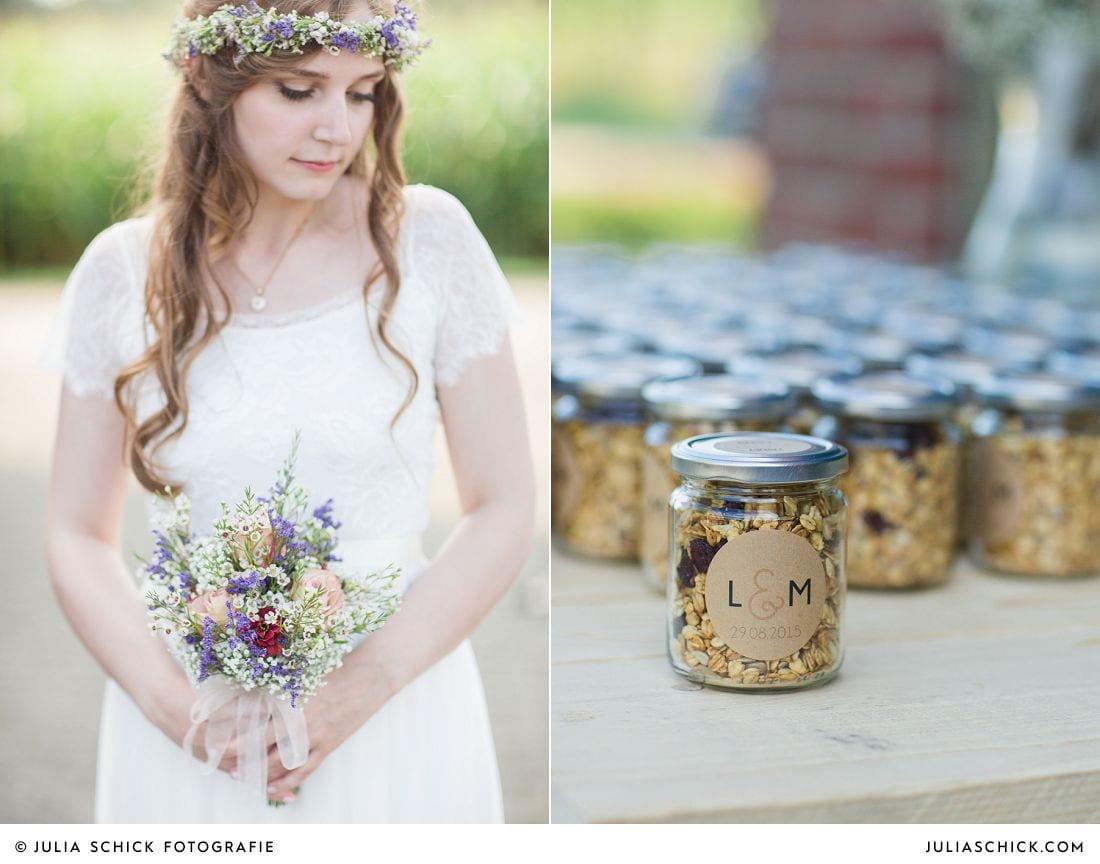 Boho Braut mit Blumenkranz und Brautstrauß in Brautklei von Grace loves Lace, selbstgemachtes Müsli als Gastgeschenk auf einer Hochzeit