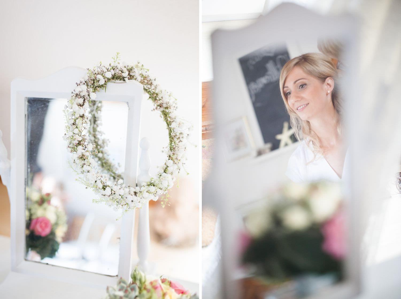 Haarkranz bei Hochzeit und Reflektion der Braut im Spiegel