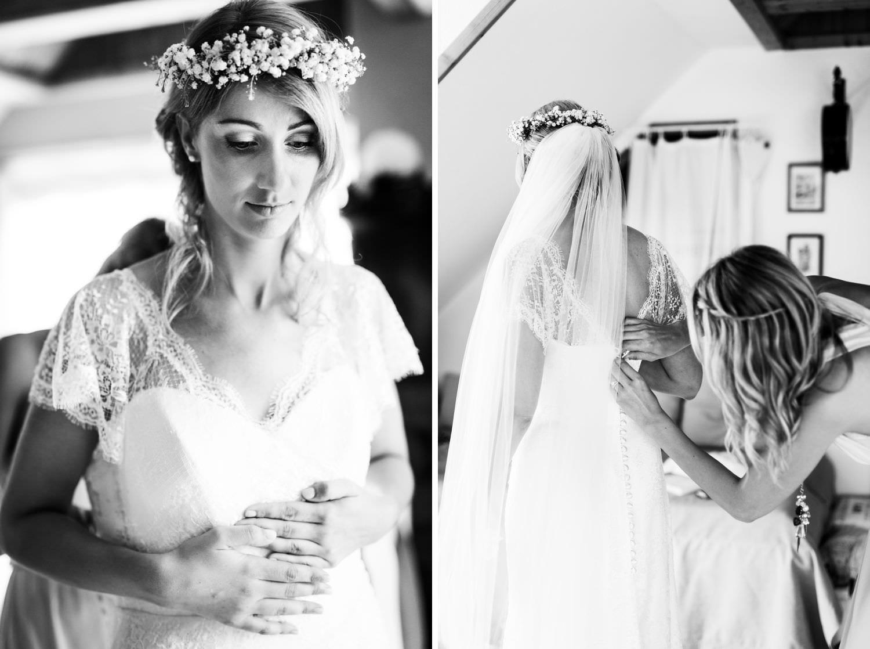 Brautjungfer hilft Braut bei Hochzeit auf Schloss Glücksburg ins Kleid