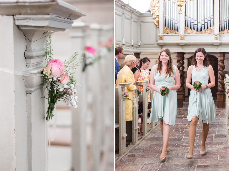 Brautjungfern ziehen in die Kapelle von Schloss Glücksburg ein