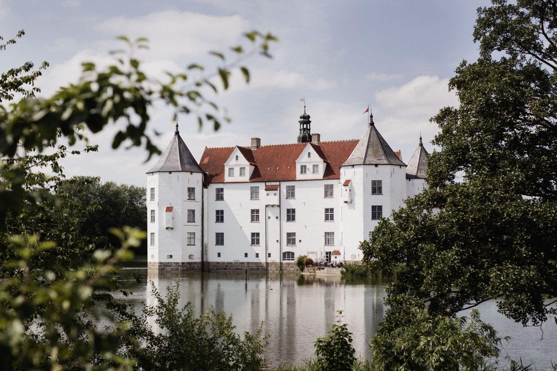 Wasserbrug Schloss Glücksburg in der Nähe von Flensburg als Hochzeitslocation fotografiert von Hochzeitsfotografin Julia Schick
