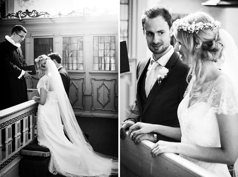 Knieendes Brautpaar beim Hochzeitssegen in der Kapelle von Schloss Glücksburg