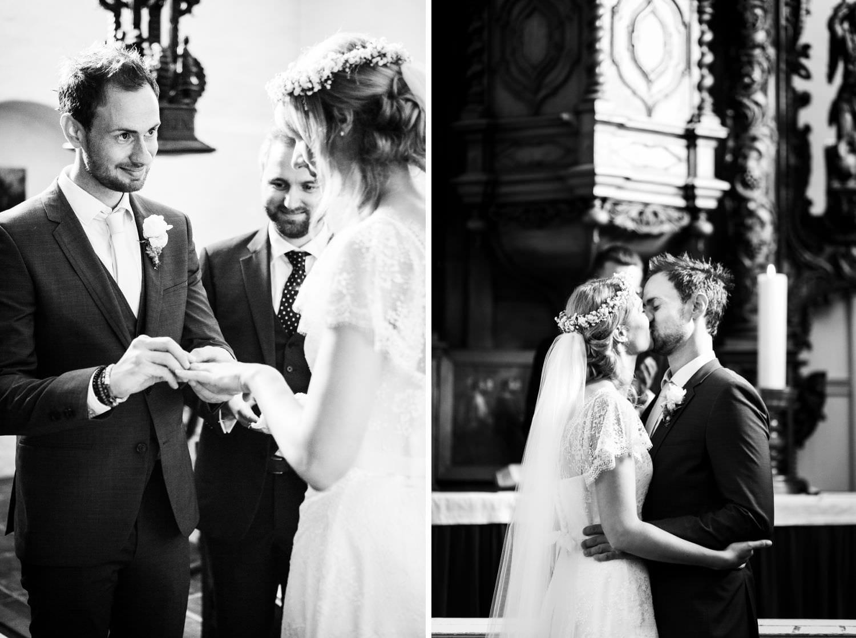 Ringtausch und Brautkuss bei kirchlicher Hochzeit in der Kapelle von Schloss Glücksburg
