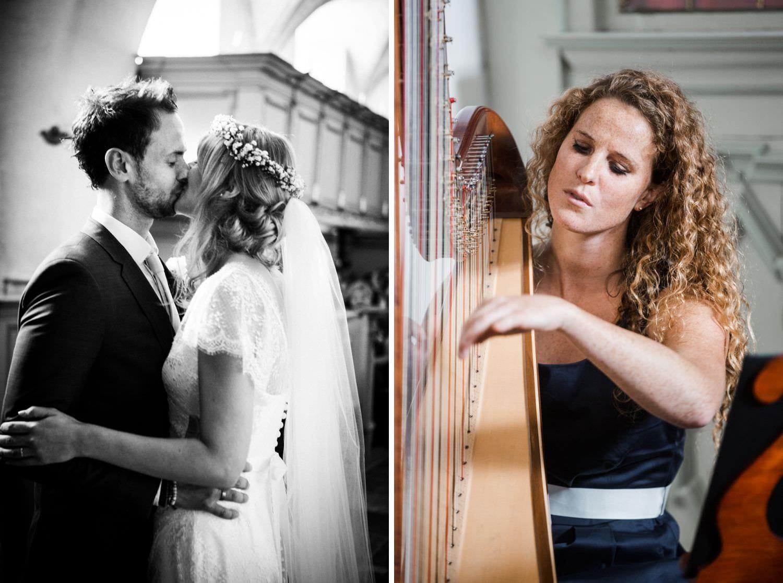 Brautkuss und Harfenspielerin bei kirchlicher Hochzeit in der Kapelle von Schloss Glücksburg