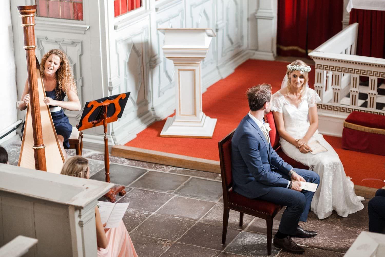 Brautpaar fotografiert von oben bei kirchlicher Hochzeit in der Kapelle von Schloss Glücksburg