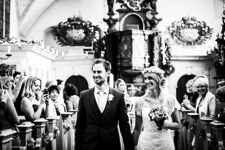 Auszug des Brautpaares nach kirchlicher Trauung in der Kapelle von Schloss Glücksburg
