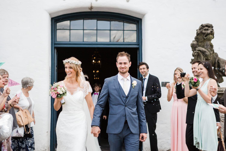 Auszug des Brautpaares nach kirchlicher Trauung auf Schloss Glücksburg