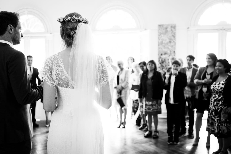 Brautpaar hält Rede in der Orangerie von Schloss Glücksburg