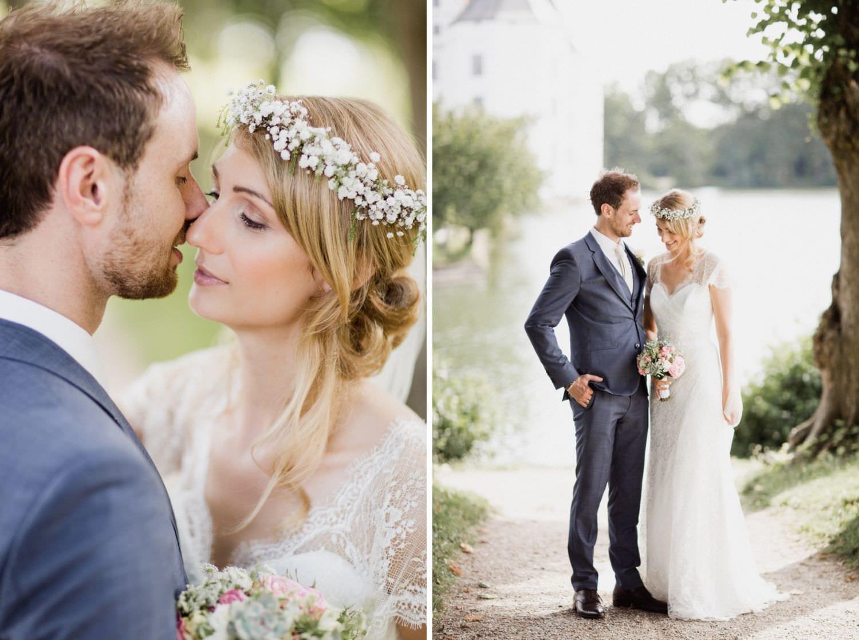 Hochzeitsfoto von Brautpaar mit Schloss Glücksburg im Hintergrung
