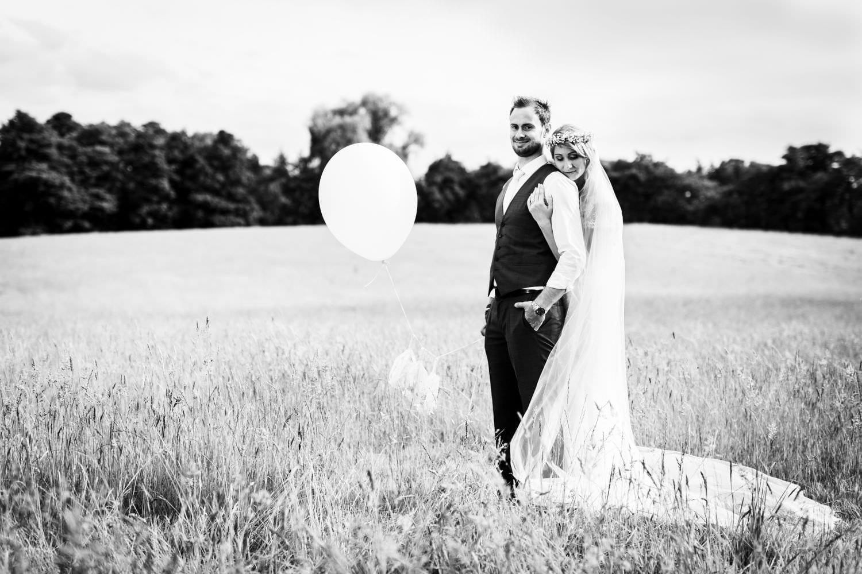 Brautpaar im Boho Stil auf Wiese