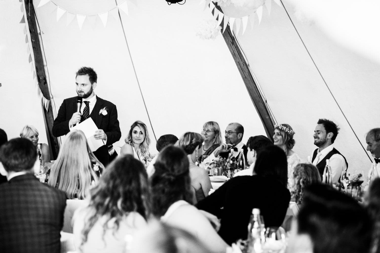 Rede des Trauzeugen bei Boho-Hochzeit in einem Tipi in Glücksburg