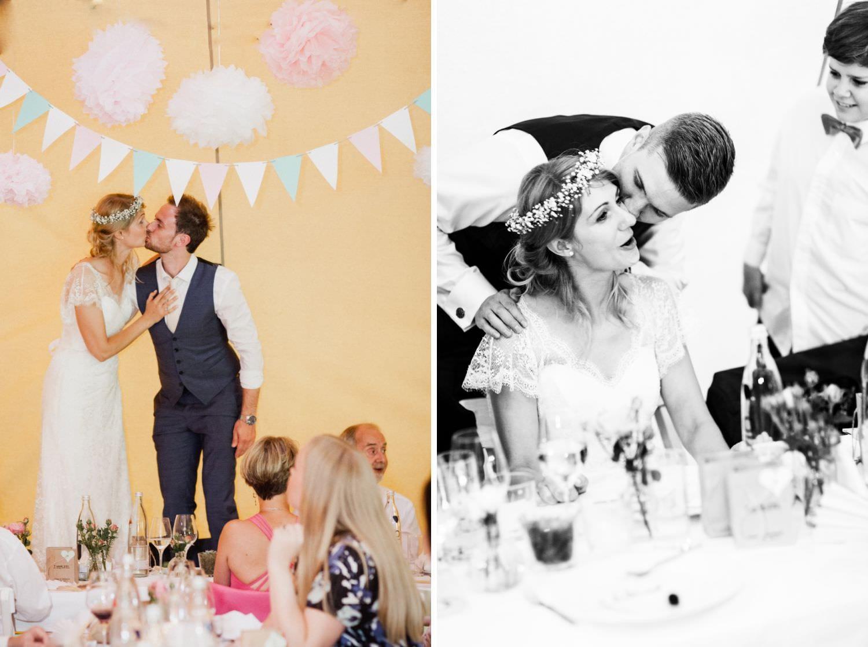 Brautpaar bei deutsch-dänischer Boho-Hochzeit steht auf Tisch
