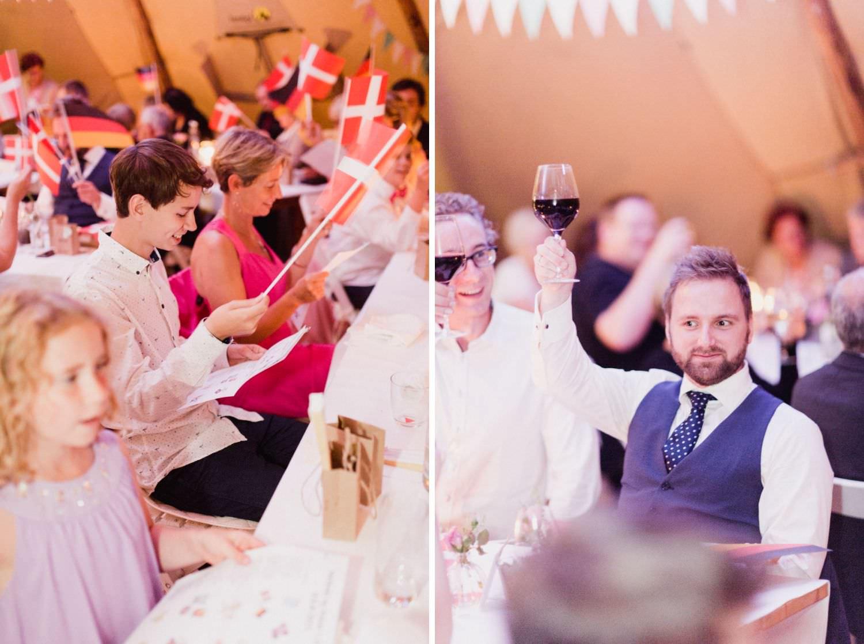 Gäste singen Lied bei deutsch-dänischer Hochzeit