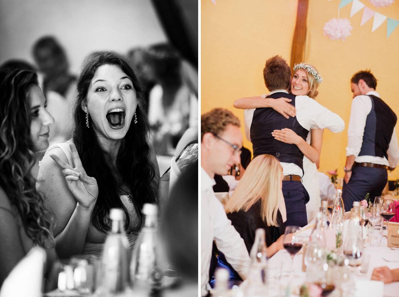 Lachende Gäste bei Hochzeit