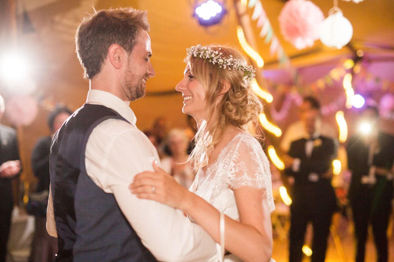 Ehrentanz von Braut und Bräutigam bei Boho-Hochzeit
