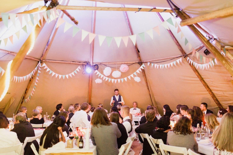 Bräutigam hält Rede bei Hochzeit im Tipi