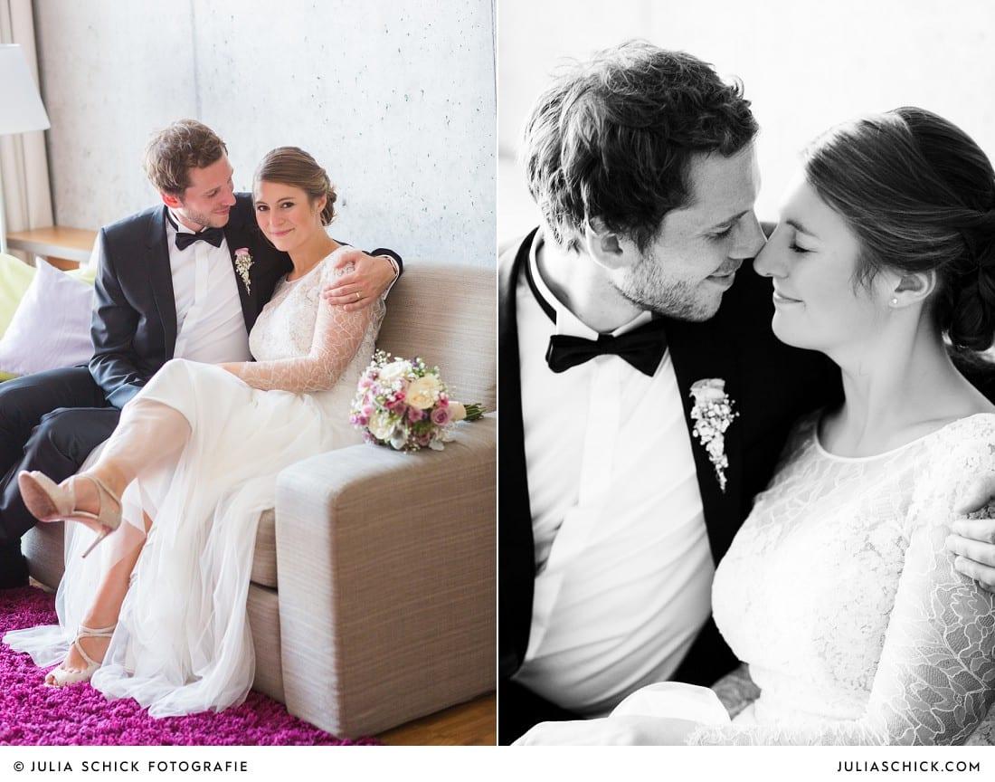 Brautpaar in Hochzeitskleid von Anna Kara mit Brautstrauß von die Floristen in Suite des Factory Hotel in Münster