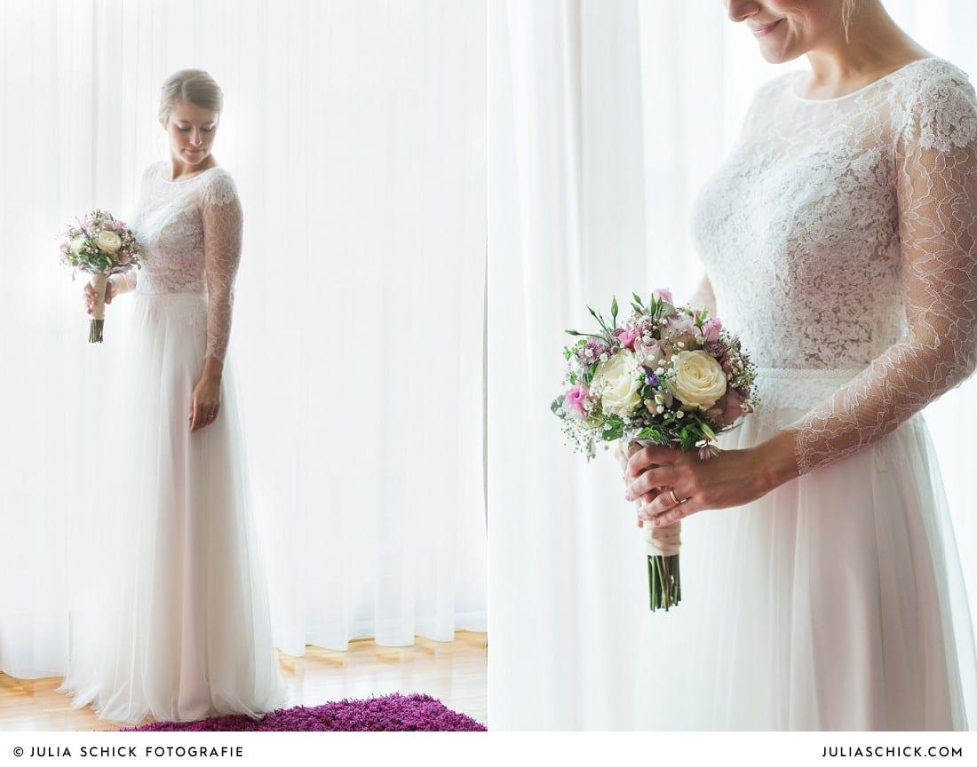 Braut in Hochzeitskleid von Anna Kara mit Brautstrauß von die Floristen in Suite des Factory Hotel in Münster