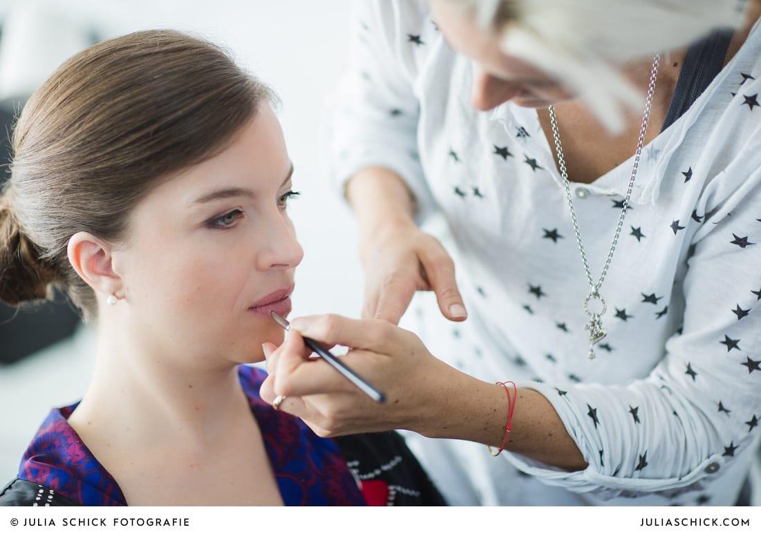 Braut wird von Make-up Artistin in Köln geschminkt