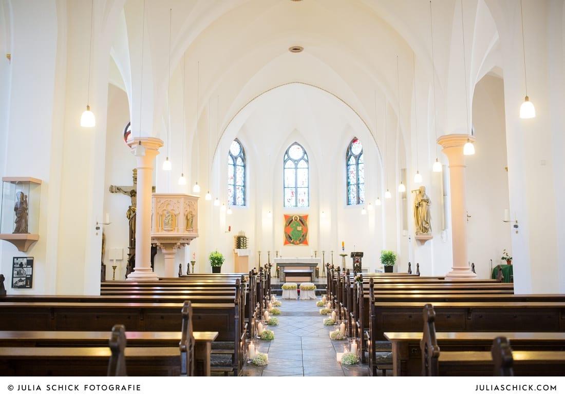 Hochzeitlicher Kirchenschmuck in der Sankt Antonius Kirche in Leverkusen Wiesdorf