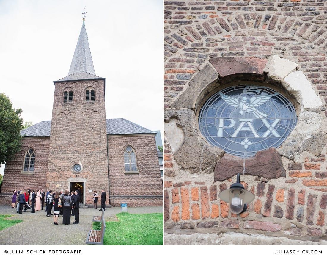 Hochzeitsgesellschaft vor der Sankt Antonius Kirche in Leverkusen Wiesdorf