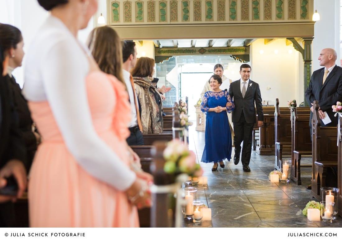 Einzug des Bräutigams bei Hochzeitsfeier in der Sankt Antonius Kirche in Leverkusen Wiesdorf