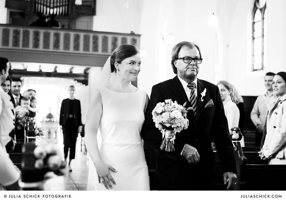 Vater führt Braut zum Altar bei kirchlicher Trauung in der Sankt Antonius Kirche in Leverkusen Wiesdorf