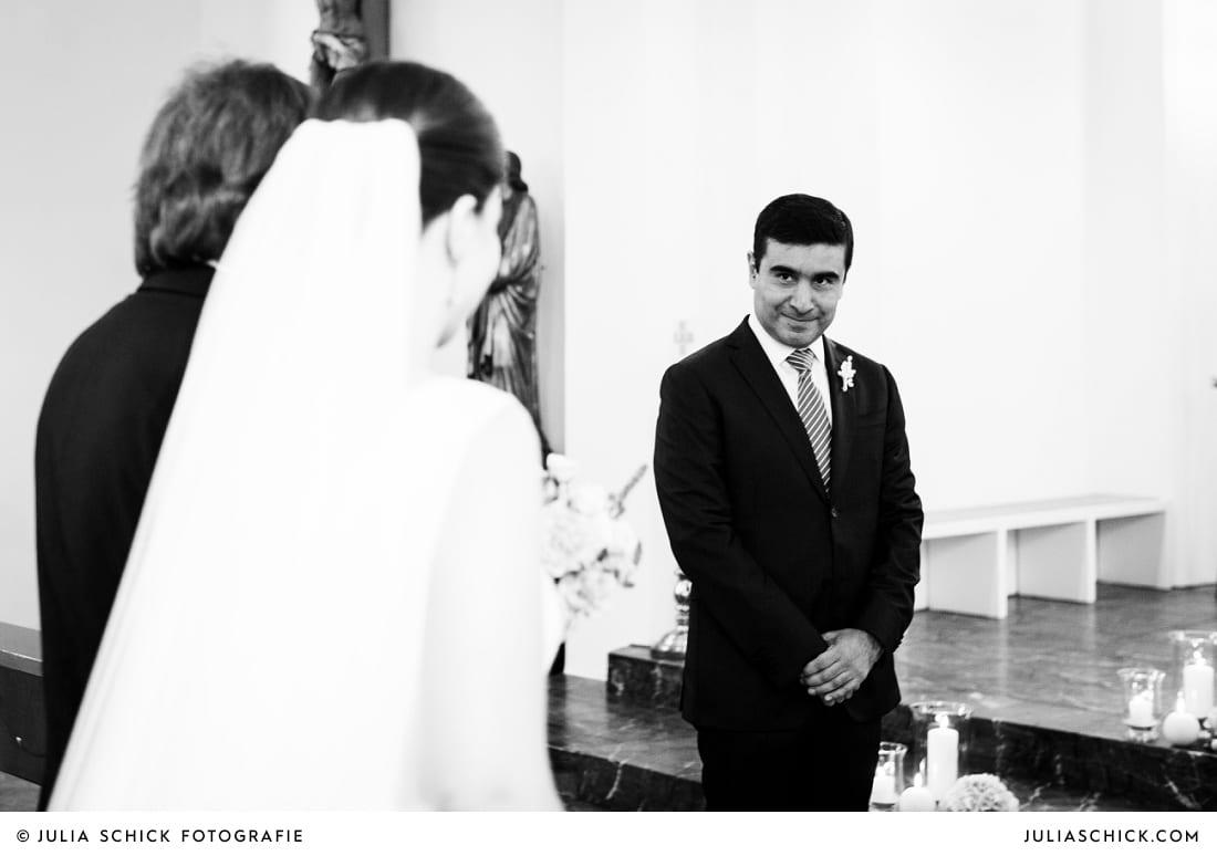 Zusammentreffen von Braut und Bräutigam am Altar bei Hochzeitsfeier in der Sankt Antonius Kirche in Leverkusen Wiesdorf