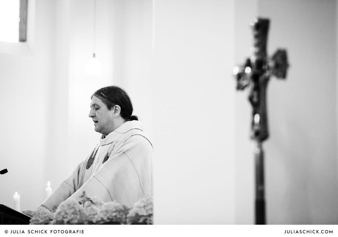 Pfarrer bei Trauung in der Sankt Antonius Kirche in Leverkusen Wiesdorf
