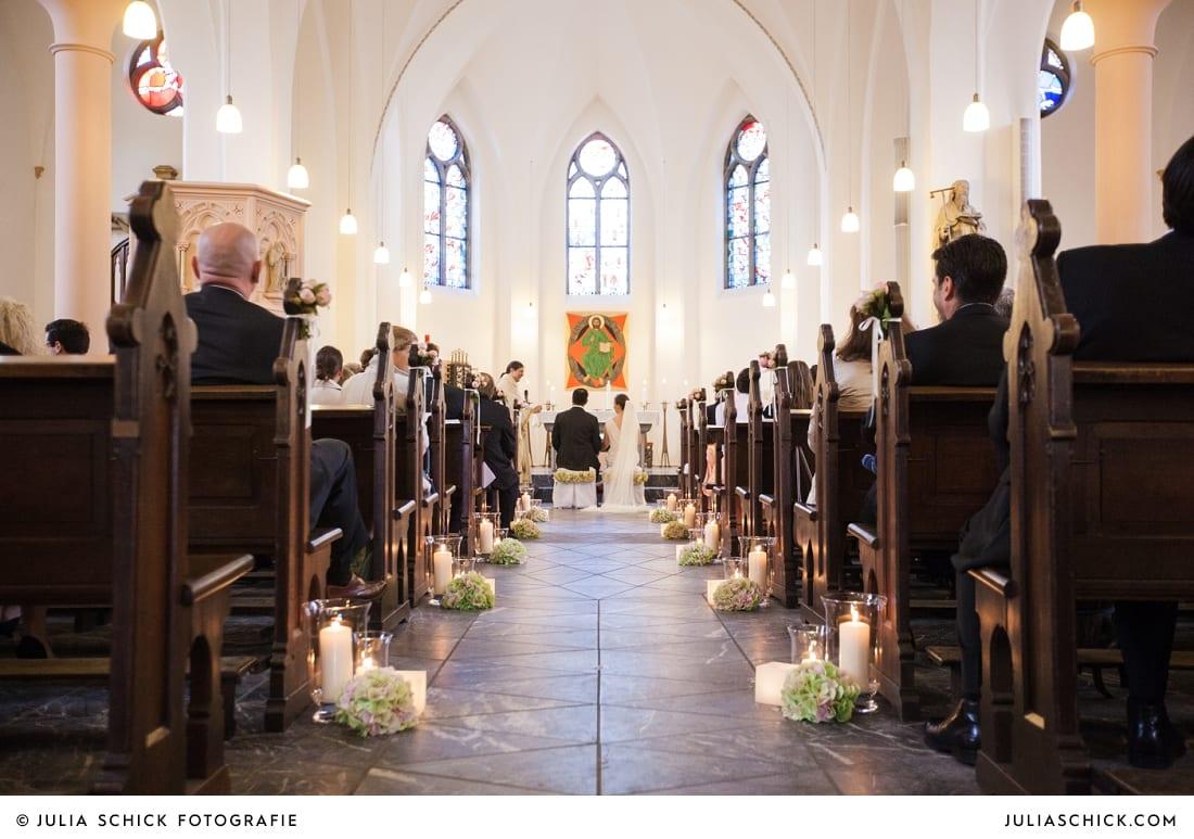 Geschmückte Bänke in der Sankt Antonius Kirche in Leverkusen Wiesdorf