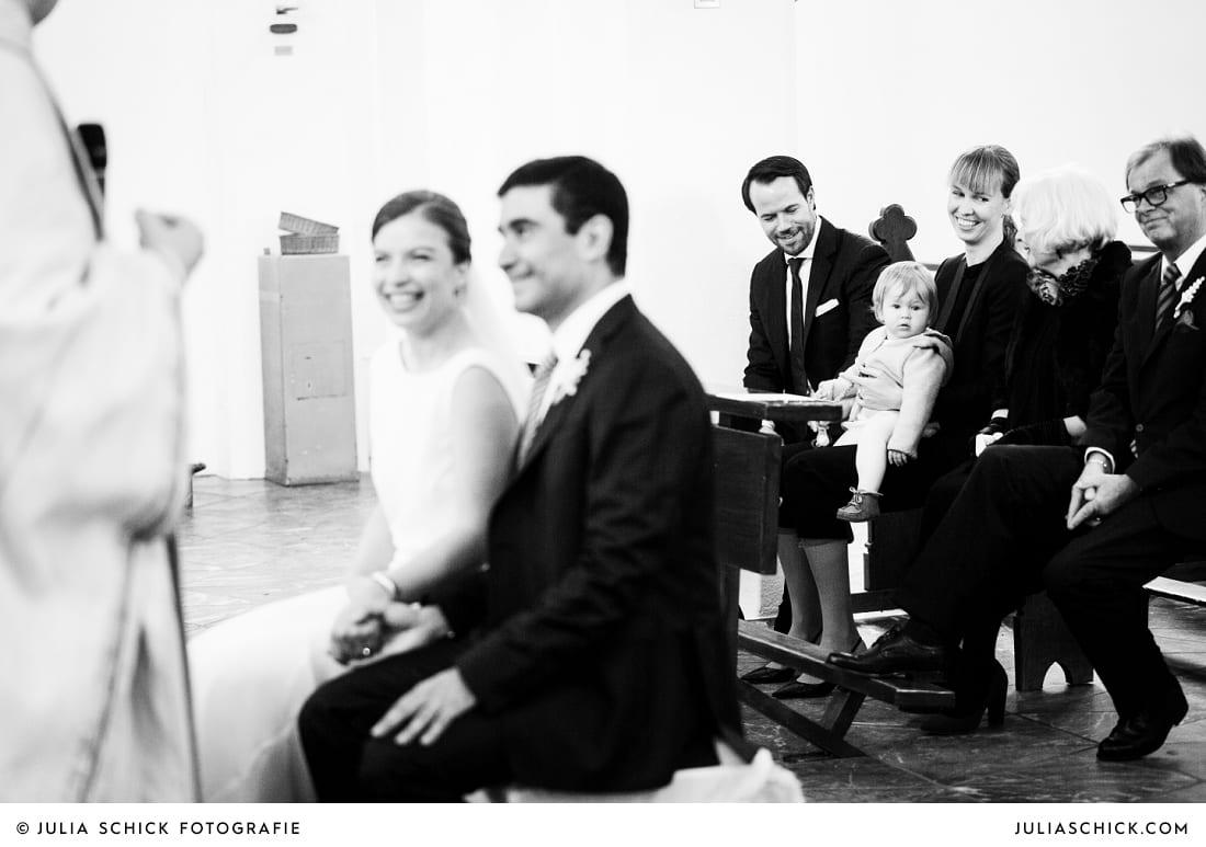 Gäste bei Hochzeitsfeier in der Sankt Antonius Kirche in Leverkusen Wiesdorf