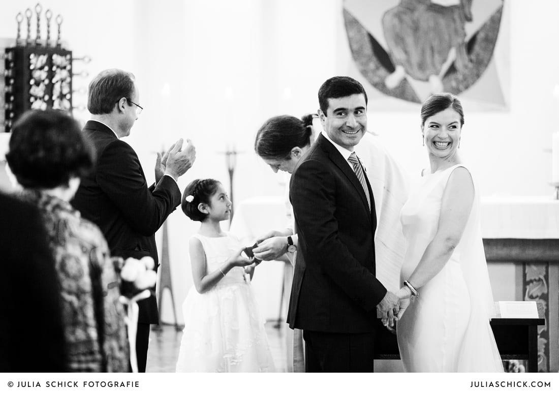 Brautpaar nach Trauung in der Sankt Antonius Kirche in Leverkusen Wiesdorf