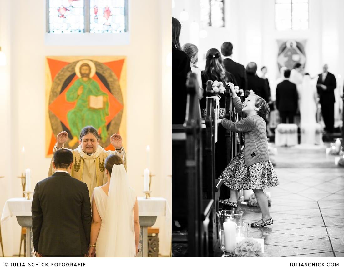 Segnung des Brautpaares bei Hochzeitsfeier in der Sankt Antonius Kirche in Leverkusen Wiesdorf