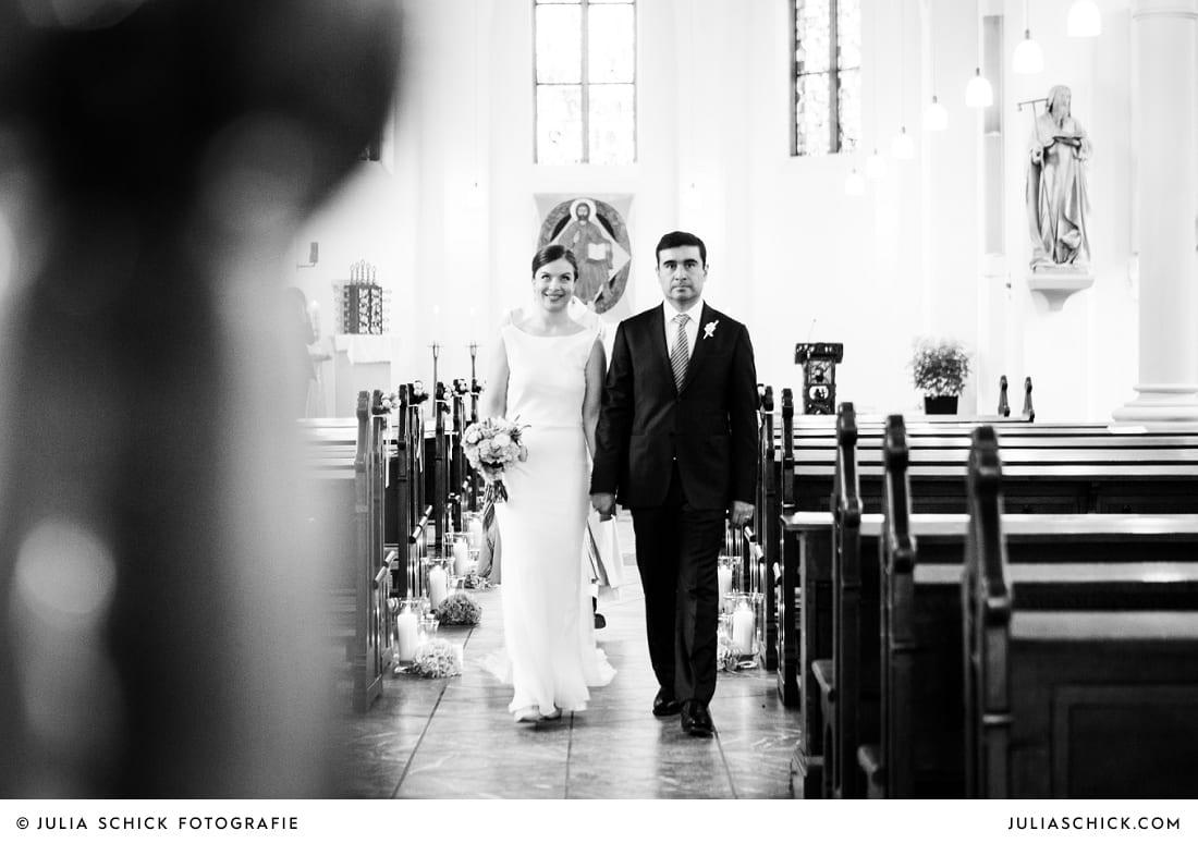 Auszug des Brautpaares bei Hochzeit in der Sankt Antonius Kirche in Leverkusen Wiesdorf