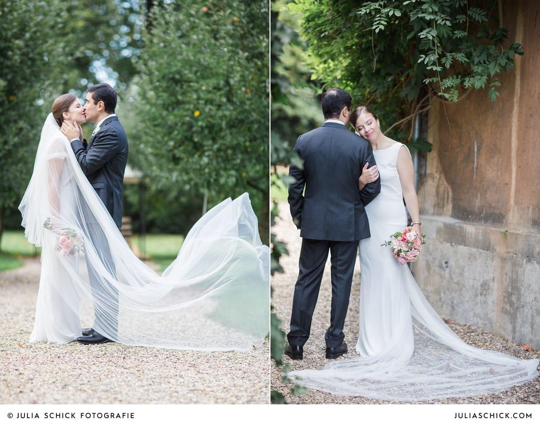 Küssendes Brautpaar bei Hochzeitsfotoshooting auf Schloss Eicherhof in Leichlingen