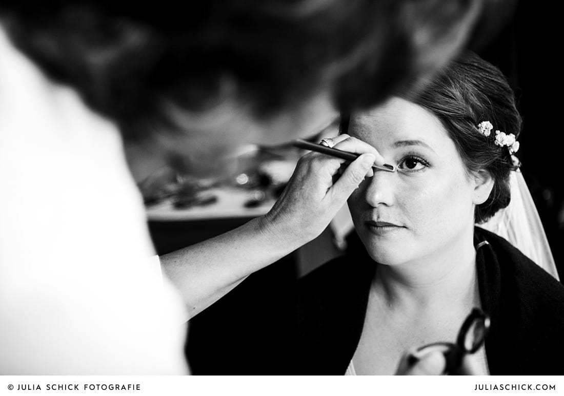 Braut wird geschminkt am Morgen der Hochzeit in Lüdinghausen