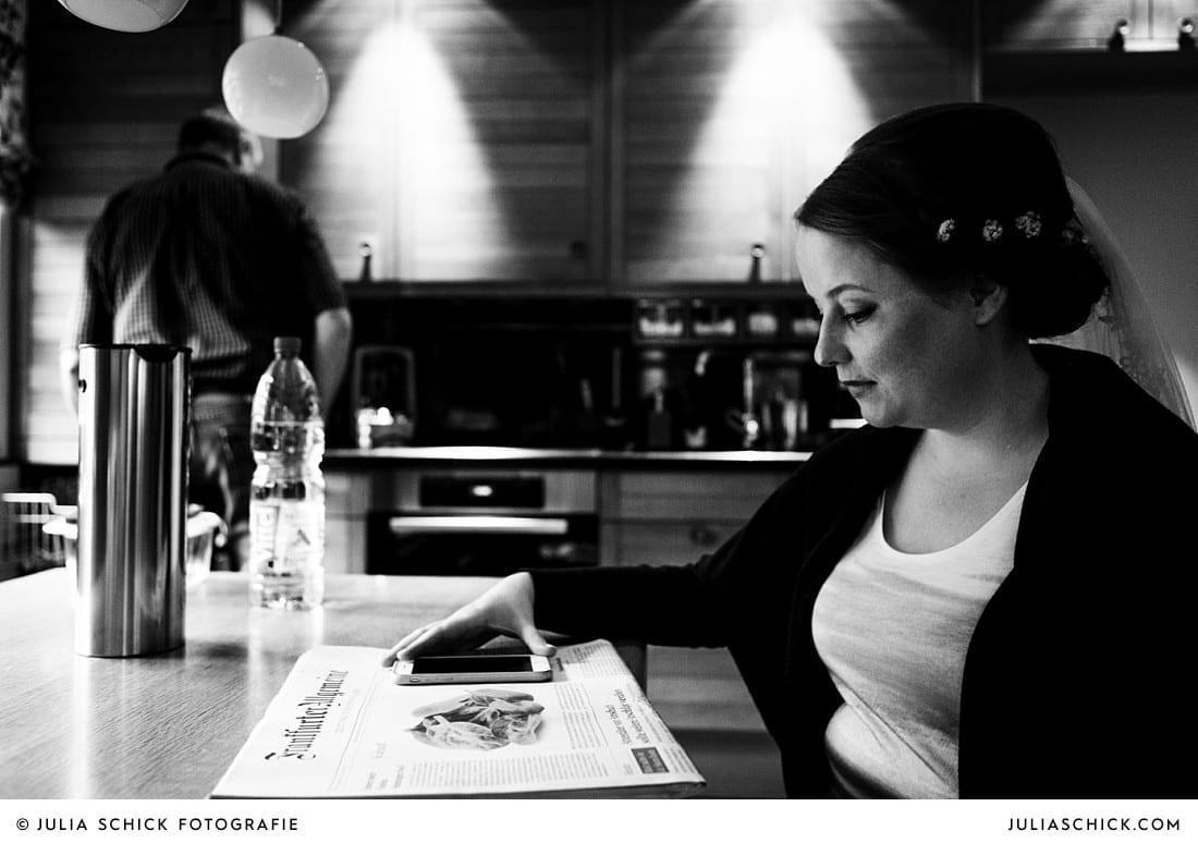 Braut liest Zeitung am Moregn der Hochzeit in Lüdinghausen