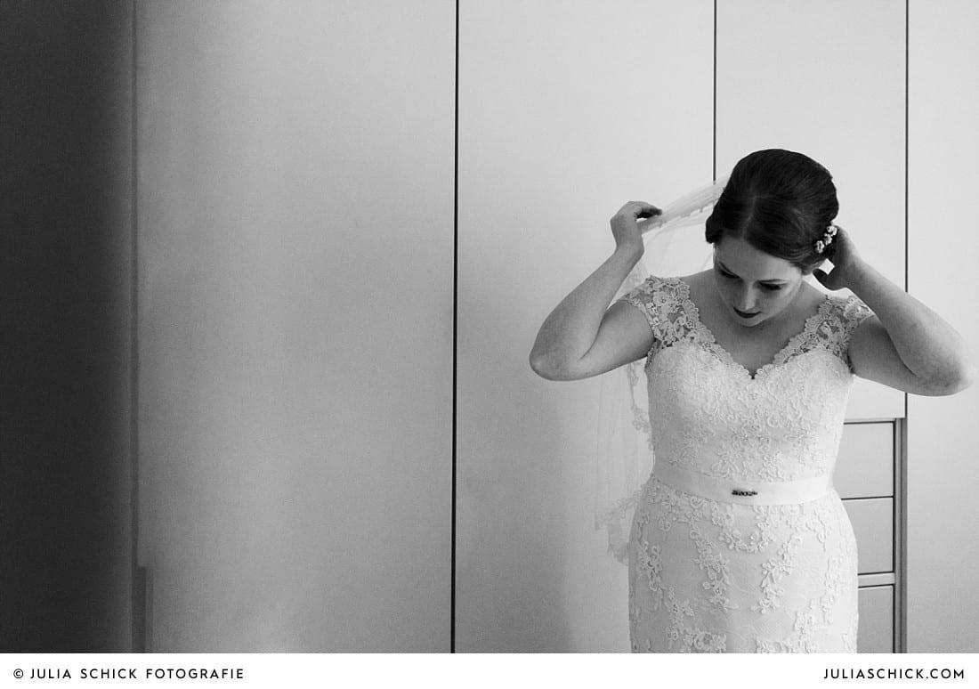 Braut richtet sich vor Hochzeit in Lüdinghausen den Schleier