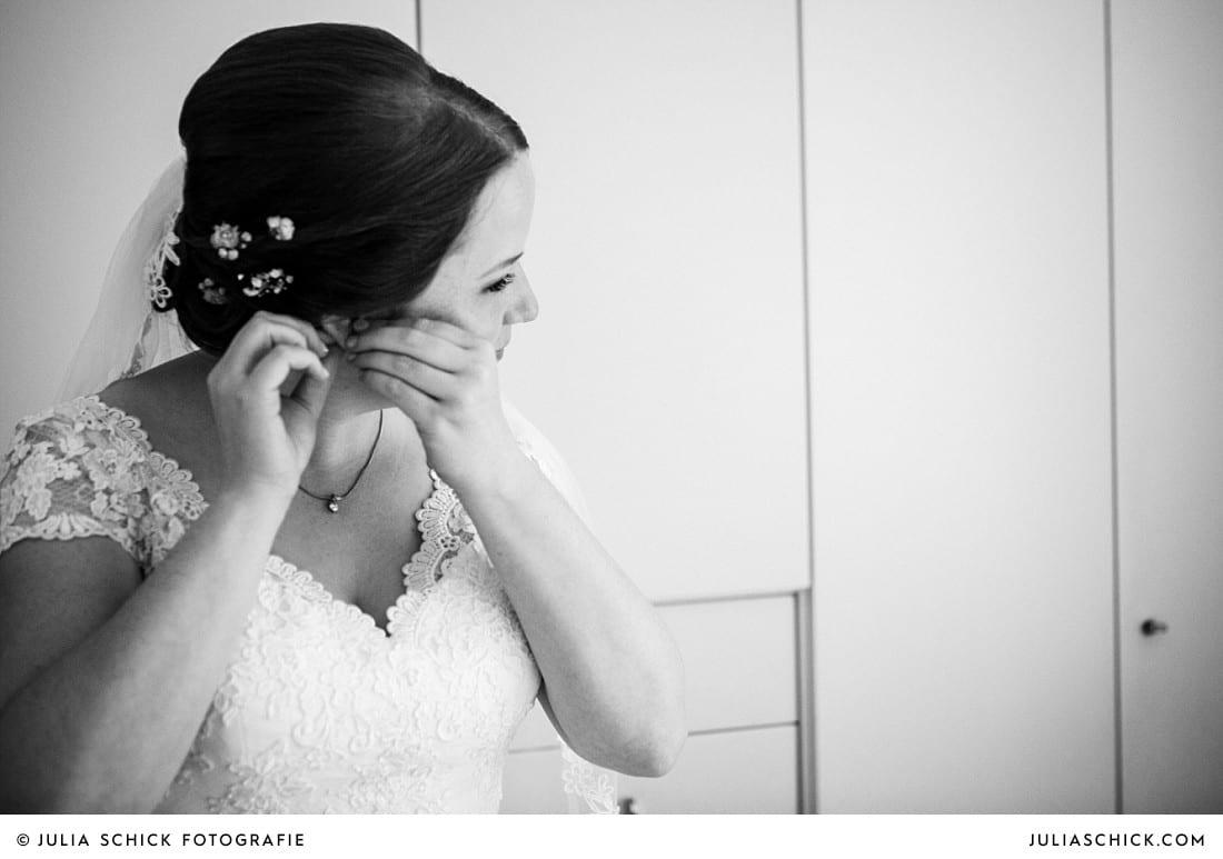 Braut legt vor Hochzeit in Lüdinghausen ihre Ohrringe an
