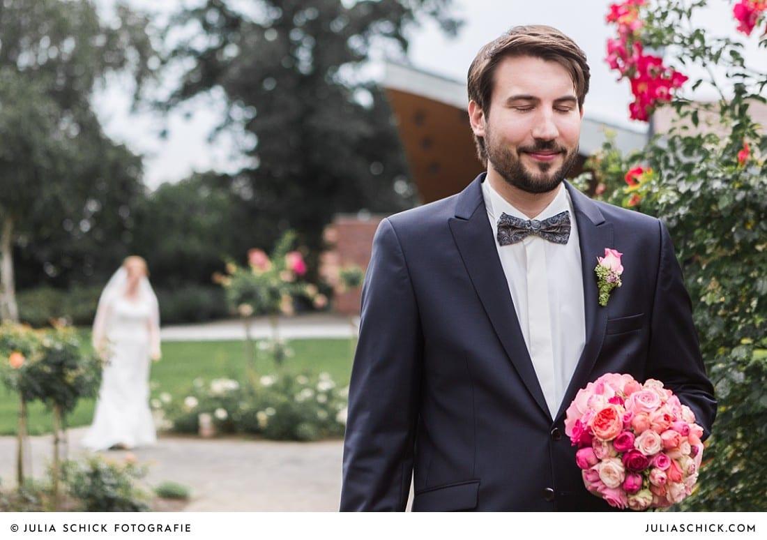 Bräutigam wartet im Rosengarten Seppenrade auf seine Braut