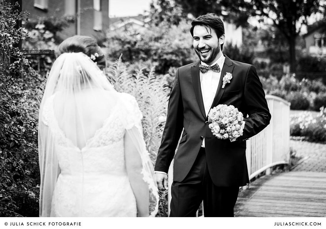 Erstes Aufeinandertreffen von Braut und Bräutigam vor kirchlicher Trauung im Rosengarten Seppenrade