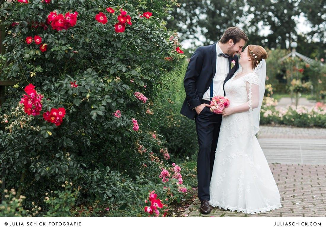 Hochzeitsfoto von Brautpaar beim Hochzeitsfotoshooting im Rosengarten Seppenrade