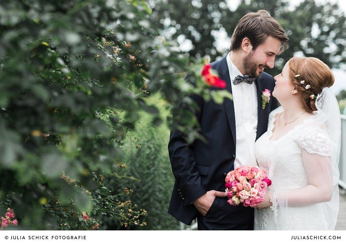 Verliebtes Hochzeitspaar bei Hochzeitsfotoshooting im Hochzeitsfotoshooting im Rosengarten Seppenrade